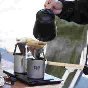 キャンプで冷たい飲み物もいいですが、ドリップで本格的なコーヒーを淹れてみませんか?ドリッパ-というとかさばるイメージですが、MUNIEQの「テトラドリップ01」は、たった16gで3枚の板になっています。使う時に組み立てるのでコンパクトに使えます。