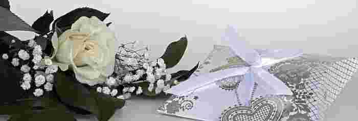 結婚のお祝いの相場は、新郎新婦との関係によっても変わります。結婚式におよばれしているときは、ご祝儀との合計で考えても大丈夫です。兄弟姉妹の関係では、5万円~10万円程度、いとこなら3万円程度、友人や会社関係の知人も3万円程度が平均的な相場です。