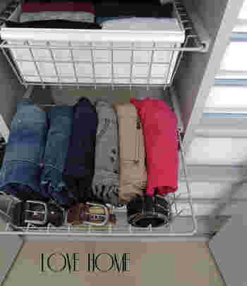 ジーンズなどのパンツとベルトを一緒に収納すると、着る時に引き出しを1回開けるだけでいいのでスムーズ。それぞれのパンツに合わせるベルトが決まっているなら、この収納方法だと便利ですね。