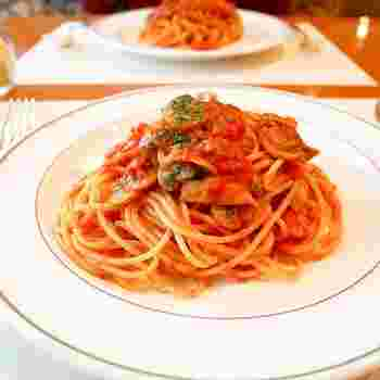 ナポリタンは、トマトケチャップで味つけしたスパゲティで、昭和20年代に横浜のホテルニューグランドで考案されたといわれています。その後、昭和の代表的な庶民の味として、時代を超えておなじみの一品になりました。