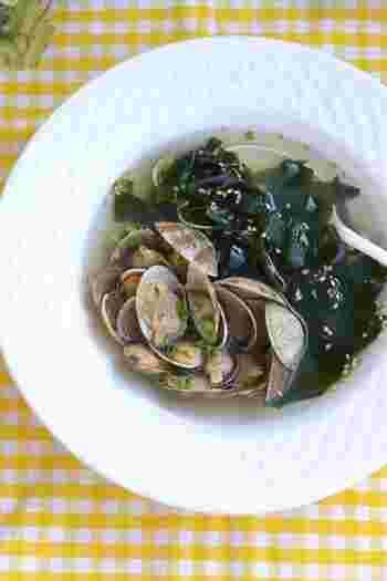 ぷっくりしたあさりと歯ごたえのある生わかめの美味しさがたっぷり詰まったスープ。優しい味のあったかスープで体の中からほっこりします。