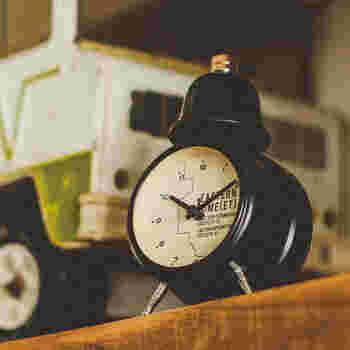 レトロな雑貨屋さんに置いてあるようなアンティーク風の置時計。こちらは、アメリカのタイムゾーンをモチーフにした文字盤になっています。小さめでおしゃれなフォントの数字と、アンティーク風のベルがマッチしていて素敵ですね。アラームとしても使えるので、毎朝のお供にしてみては。
