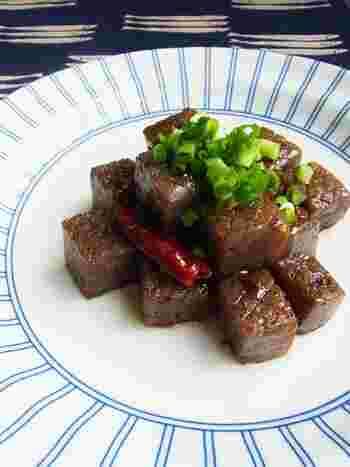 弾力のあるこんにゃくステーキ。ガーリック&照り焼き風味で味付けもしっかりめなので食べ応えあります!
