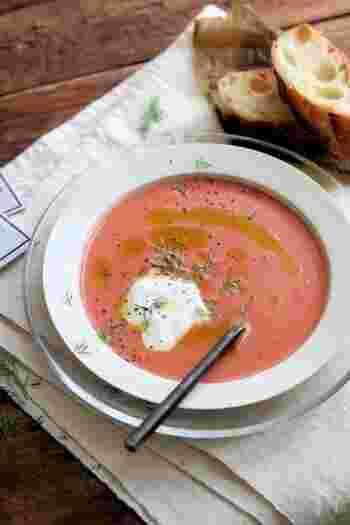 こちらのスープの材料は・・・カスピ海ヨーグルト、トマトジュース、オリーブオイル、黒コショウだけ。混ぜれば完成という、簡単でシンプルな冷たいスープです。お好みで塩を加えてくださいね。  料理を作りたくない気分になる、夏バテの日にも一押しのレシピです。