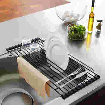 折り畳み式のラックならシンクの空いたスペースを活用できますね♪ 食器の水切り以外に作業スペースとしても使えるところがとても便利です。使わない時に収納するのも簡単ですよ。