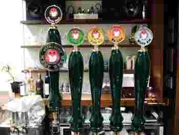てっぺんにフクロウたちが並んだビールサーバーも可愛いですね。
