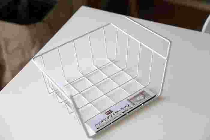 100円ショップでも入手できる、ハンギングワイヤーラックもおすすめ。 同じく吊り戸棚に挟んで設置しますが、グラスは伏せて置けるので、洗って干すときに使ってもいいですね。