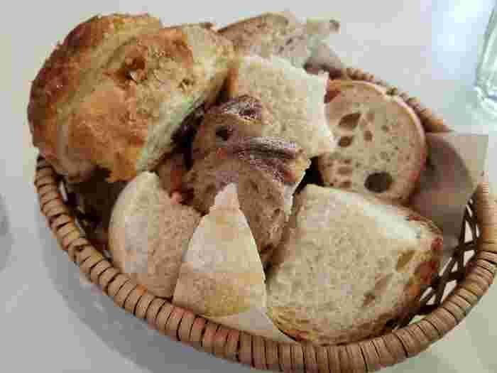 ランチタイムには、天然酵母の自家製パンがなんと食べ放題!いくらでも食べれそうな美味しさです♪