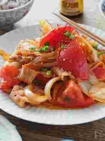 キムチの定番おかず、豚キムチにトマトを加えて、さっぱりと仕上げるレシピ。トマトのおかげで辛味も抑えらえるので、辛いものが苦手な人にもおすすめです。ご飯もすすむ夏にぴったりのおかずですね。
