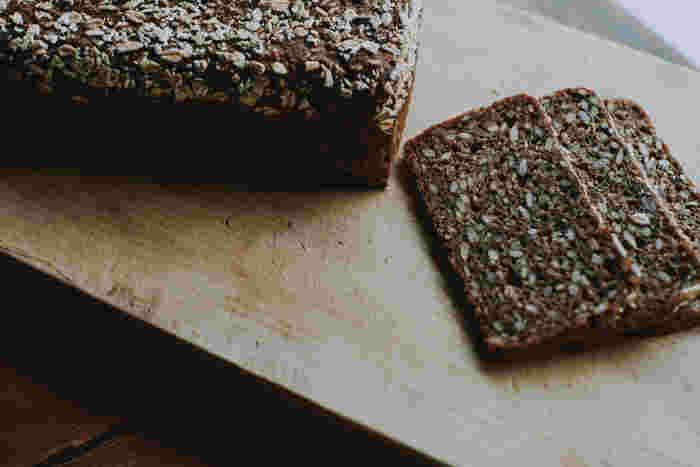 日本ではあまりなじみがないので、通販などでまずは手軽に購入してみませんか。「haluta」の黒パンは、ライ麦やひまわりの種のプチプチとした食感が楽しく、22枚にスライスされているので、ホームパーティーにもぴったりです。