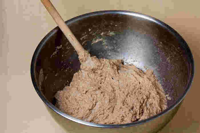 まず、材料全てをゴムベラでグルグルと混ぜます。(※この場合、ストウブに直接入れずに他のボウルを使用して下さい。)  粉っぽさがなくなって、まとまってきたら1次発酵させます。最低でも10時間以上は発酵時間を取ると、旨味成分出てくるそうです。前の晩に作って、朝焼くとちょうど良い時間ですね♪