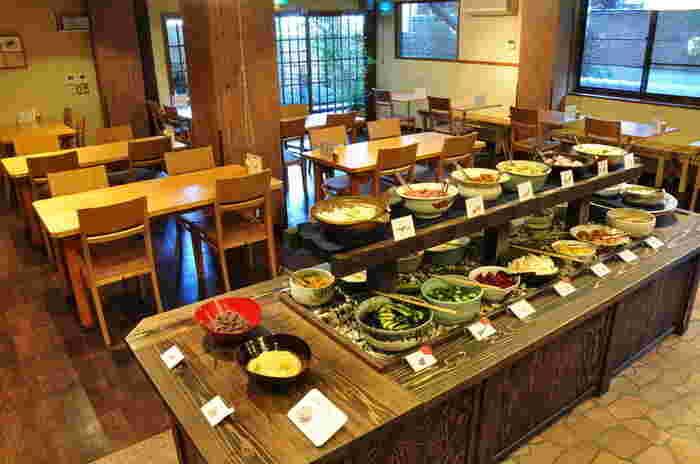 店内には、茄子や長芋、赤かぶ、しば漬けなど、色とりどりの漬物が並んでいます。季節によって内容が変わります。漬物とご飯は食べ放題。ご飯は、白飯・十六穀米・お粥の3種。