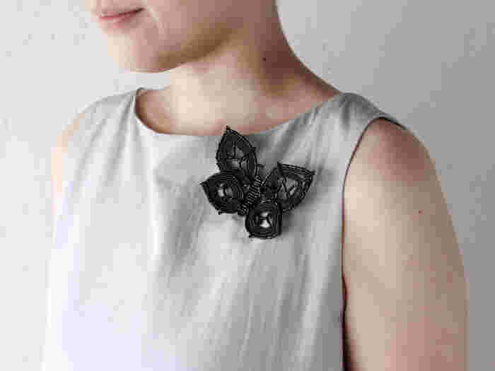 こちらは、蝶をモチーフにしたブローチ。 ガラスならではの美しい光沢に、甘すぎないブラックカラーがコーディネートを引き締めてくれます。