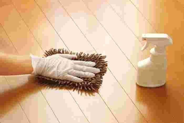お皿洗いやお風呂掃除など、洗剤を使う家事は汚れを落とす洗浄効果の高い洗剤を使うことが多いので、肌への刺激が強く手荒れの原因になります。水仕事をするときは、面倒でも必ずゴム手袋を着用するようにしましょう。