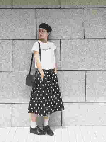 ドット柄のスカートを主役に、白のロゴTシャツを合わせて、モノトーンコーデに。足元をサンダルではなく、白ソックス&革靴にして、ちょっぴりクラシカルに。