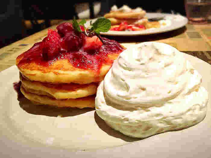 パンケーキ目当ての人も多数。ミール系とスイーツ系から選べて、ミール系はクレープもあります◎