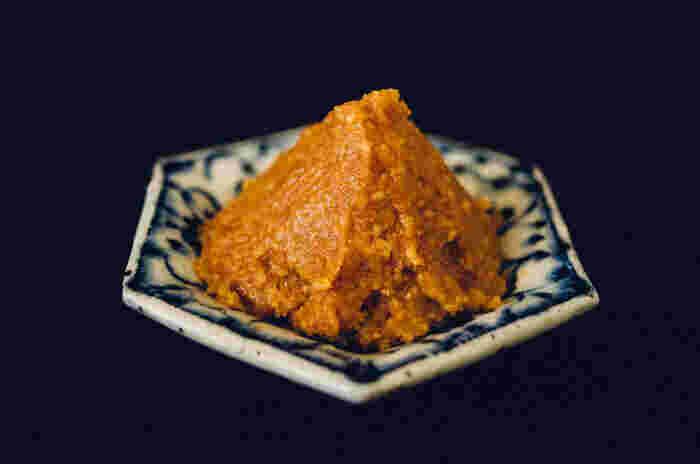 味噌は、大豆に麹や塩を加えて発酵させる日本伝統の調味料。麹には、米麹・玄米麹・麦麹・豆麹などがあり、麹の種類によって米味噌・玄米味噌・麦味噌・豆味噌などになります。写真は、寒暖差があり味噌づくりに適した地で生まれた信州立科味噌。