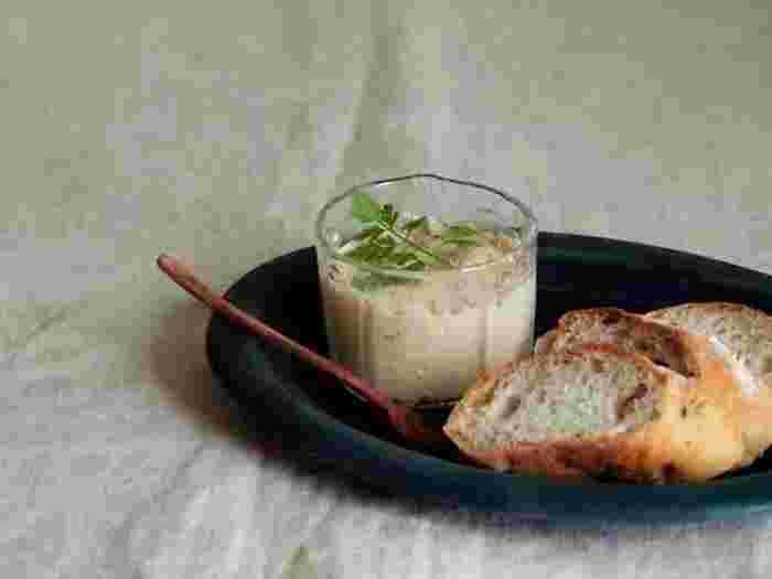 ツナとマスカルポーネチーズ、牛乳、アンチョビフィレをフードプロセッサーにいれて混ぜるだけ。チーズが入っているのでコクのあるディップに。