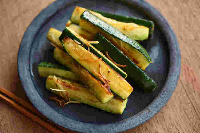 ズッキーニの素材の味を生かしたシンプルな生姜炒めです。ポイントはズッキーニに焼き色を付けながら、じっくりと火を通すこと。中がトロリと柔らかい仕上がりになります。生姜の香ばしい香りとともに、ズッキーニの素材本来の味を楽しんでみて♪