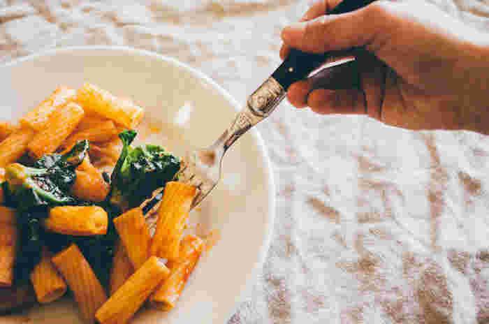 軽すぎるのも、重すぎるのも食べにくいもの。ハンドルも手に馴染んで持ちやすく、重さもちょうどいいカトラリーは長く使い続けたくなります。