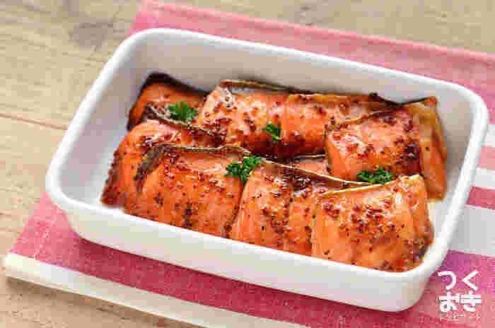 鮭に合わせ調味料を塗ってオーブンで焼くだけの、簡単ほったらかしレシピ。はちみつのこってりとした甘みに、粒マスタードのピリリとした辛みが加わり絶妙なハーモニーに。