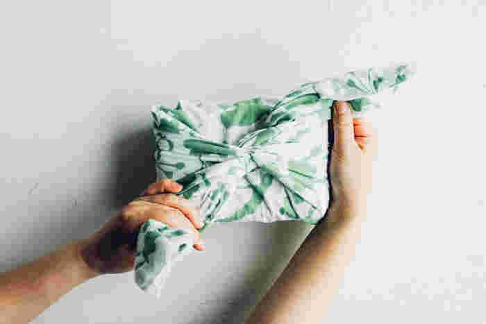 手ぬぐいや風呂敷、和小物を販売している「あひろ屋」の手ぬぐいは、 野口由(ノグチ ユキ)氏が、図柄をすべて手描きで描き、 明治時代に大阪で生まれた伝統的な「注染(ちゅうせん)」という技法で丁寧に職人さんが作った、見た目も使い勝手も抜群のこだわりの手ぬぐいです。