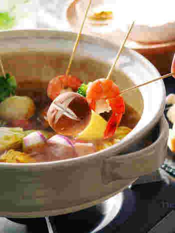 パーティーで鍋をするときは具材を串に刺すのがおすすめです。大人数でもパッと食べられて、パーティー気分も盛り上がります。カレー粉とコンソメだけのシンプルなスープですが、エビやウインナーを入れると旨味が溶けだして風味豊かな味わいに。いろんな具材を刺して楽しみましょう。