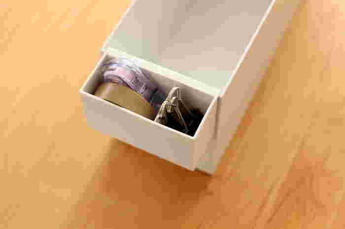クリップやマスキングテープなど、細々した文房具を頻繁に使う方は、すぐに手に取りやすい場所を定位置にしましょう。 無印の「ファイルボックス用ポケット」は、ファイルボックスに簡単に取り付けられるのが◎ ノートや書類と一緒にしまっておけば、作業もはかどりそうです。