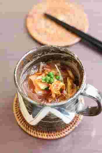 こちらはキムチ入りのピリ辛春雨スープ。マグカップに材料を入れて電子レンジでチンするだけのお手軽レシピなんです。夕食にもう一品を急いで追加したい時や、一人ランチの時にもおすすめ。