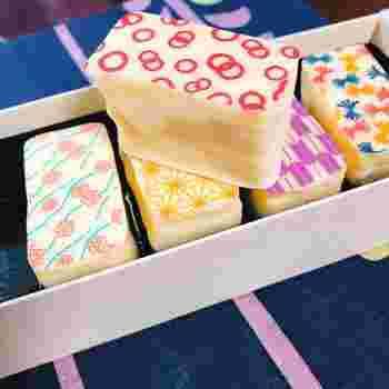 しっとりとしたスポンジにクリームがサンドされた2口サイズの小さなケーキ。プレーンタイプ以外にもジャム・ナッツ・フルーツなど、さまざまな種類が用意されています。