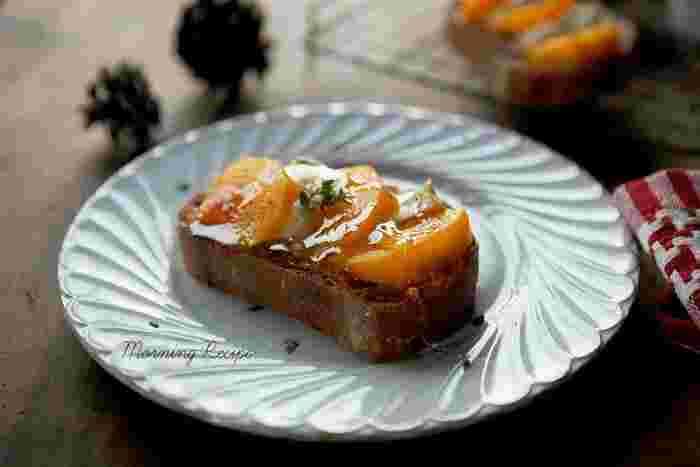 柿とチーズの相性抜群コンビをトーストに乗せ、はちみつをかけていただきます。ブラックペッパーがいいアクセントに。