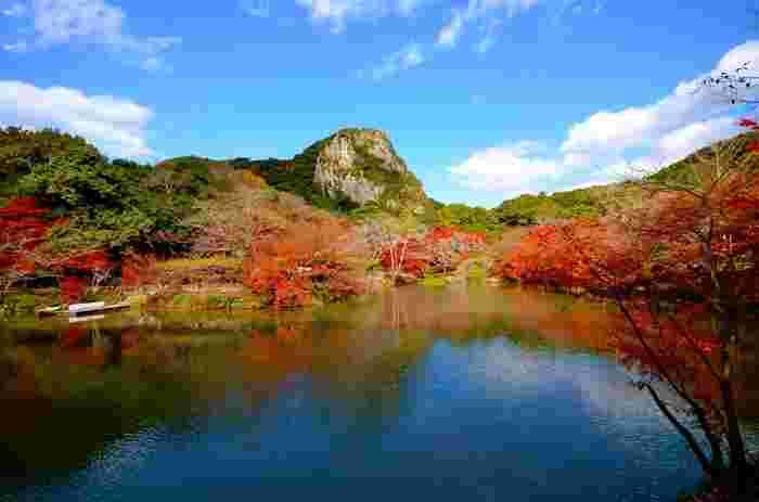 """佐賀県武雄市にある「御船山楽園」は、佐賀藩第28代武雄領主・鍋島茂義が3年かけて1845年に間性させました。国の登録記念物に登録され、春には桜・つつじ、夏には新緑、秋にはモミジ、冬は雪景色など、四季折々の表情を楽しめます。""""昼も夜も紅葉を楽しめる庭園""""のランキングで全国3位にも選ばれ、九州を代表する紅葉スポットとして多くの人が訪れています。"""
