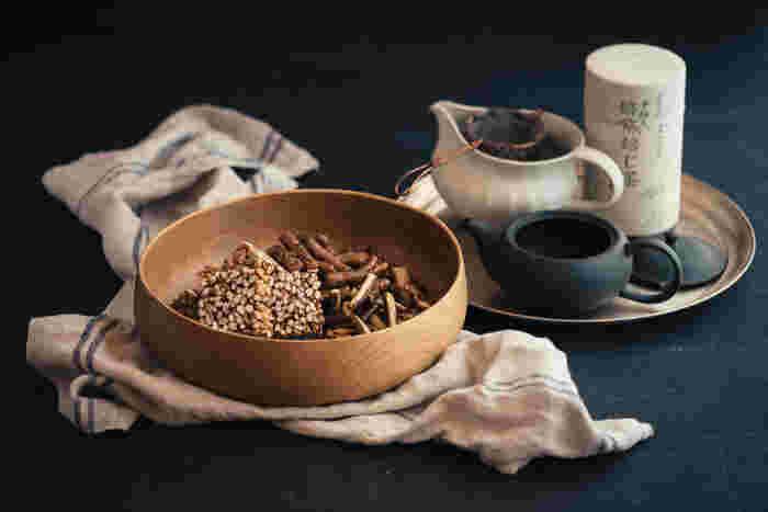 お茶菓子やおしゃれな小物をレイアウトしたり、フルーツを盛り付けたりと用途もたくさん。木皿の代表として1つあると便利ですね。