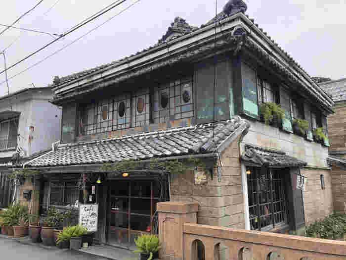 「草画房(そうがぼう)」は、ペリーロードを流れる平滑川(ひらなめがわ)にかかる大坂橋のたもとにあるカフェ。大正時代に建てられた古民家が、風情たっぷりです。