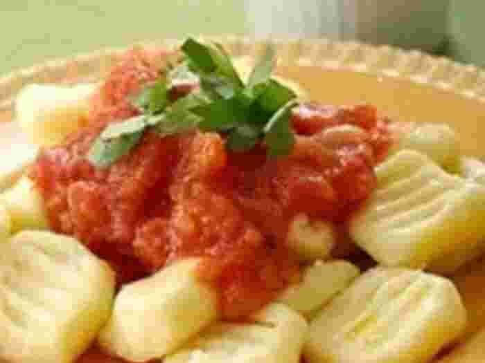小麦粉の代わりに米粉を使って、さらにもっちり食感のニョッキに! シンプルなトマトソースで、ニョッキを楽しんでいただきたい一品。