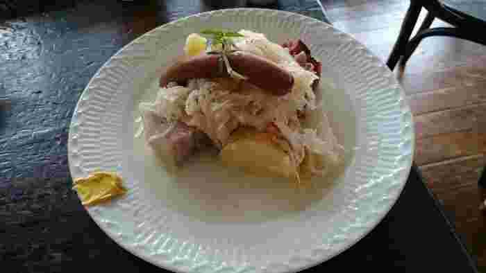 こちらはドイツ名物の「ザワークラフト」のランチセット。ソーセージの煮込みと一緒にいただきます。加えて、ドイツパン、デザート、飲み物がつきますよ。