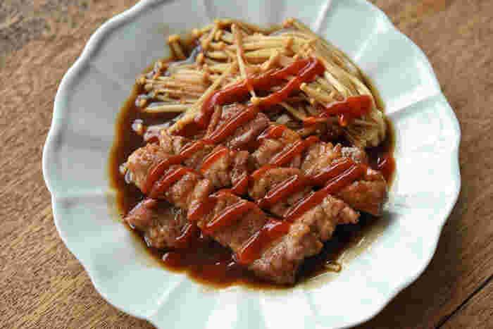 とんかつ用の豚肉を豪快にソースとみりんで味付け。えのきをたっぷり添えて、食べ応え満点なおかずです。にんにくの良い香りに食指が動き...食べだしたら、きっともう止まりません。