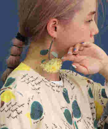 イエローの花モチーフが、パッと目を引く華やかなアイテム。耳の上からひっかけるタイプのイヤーカフで、装着しやすいのも魅力的です。シンプルコーデのワンポイントとして活用するのもおすすめ♪