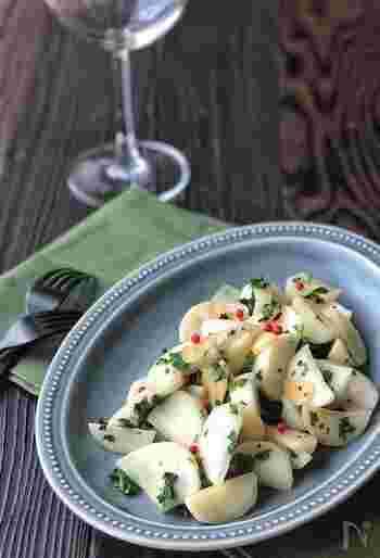 カブとパセリをさっと炒めて作るシャキッとした食感も◎のおかず。仕上げのピンクペッパーとパセリの彩りも良く、シンプルなカブの炒め物が、ちょっとしたおもてなしレシピになりそう。