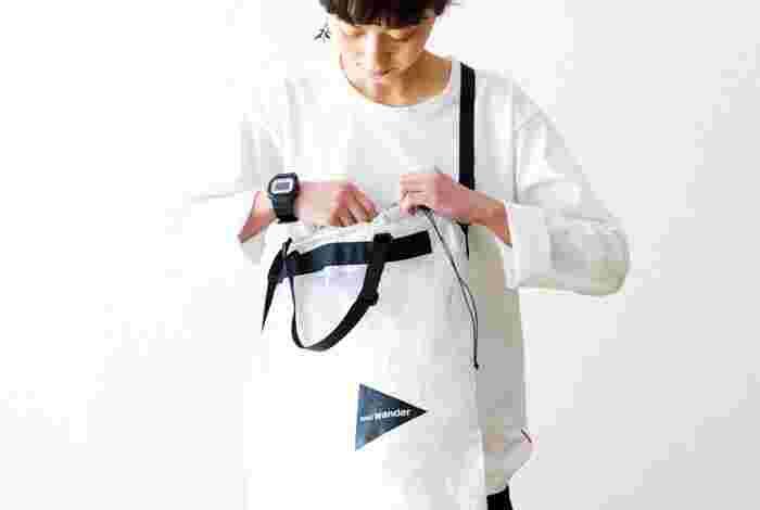 シルエットやサイズがさまざまなアウトドアバッグをご紹介しました。アウトドアバッグはおしゃれなだけでなく、軽さや丈夫さ、機能や防水性など、一度使うと手放せなくなる魅力もいろいろ。いつものファッションに取り入れて、素敵なコーディネートでお出かけしてみてはいかがでしょうか?