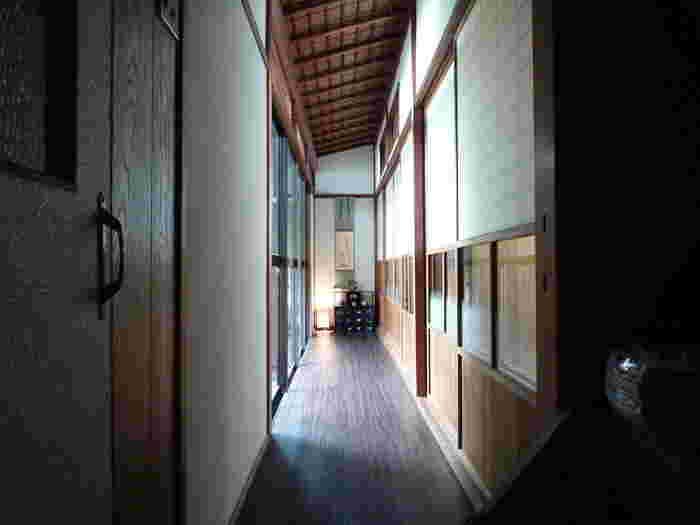 町屋かふぇ・環奈では、座敷に隣接した広縁廊下があります。ここでは、古き良き日本家屋を訪れたような気分を味わうことができます。