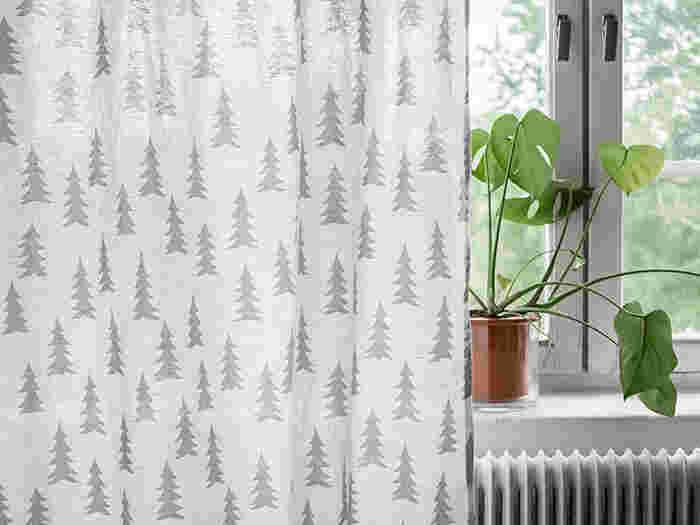 それでもやっぱりシンプル好きにはリネン製のカーテンがオススメ。ナチュラルなリネン素材が光を優しく取り入れ、他のインテリアの邪魔をしません。こちらはさりげない柄と麻50%の軽やかさが魅力のファブリック。