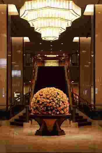 都内には本当に沢山のホテルがあり、最近では新規参入の外資系ホテルばかりが話題にのぼりがちですが、昔ならではのクラシックホテルも改めて注目したいですね。東京オリンピックを前に、改めて日本の『おもてなし』を体験するのもいいかも。「何もしない」をするためにホテルで読書をしたりのんびりくつろぐのもよし、いつもよりオシャレをして、食事したり景色を楽しむのもまたいい息抜きになりそう。皆さん思い思いの素敵な滞在を体験されてくださいね。