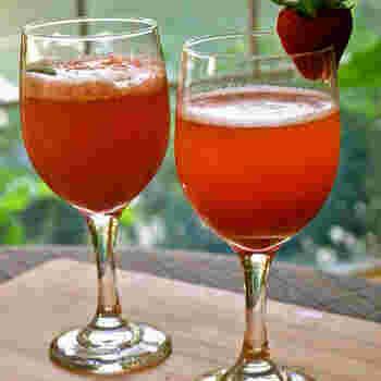カクテルのような美しい色合いが素敵なストロベリーソーダ。夏にイチゴの購入は難しいという方も、イチゴが美味しい季節に作って置けば、真夏の暑い日に華やかでフルーティーなイチゴのソーダが簡単に作れて◎。