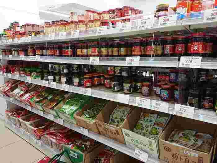 香辛料や薬膳スープをつくるための漢方系の調味料など、中華料理らしい食材が並びます。値段がお手頃なので、種類違いで揃えて、自宅の棚にコレクションしたくなってしまいます。