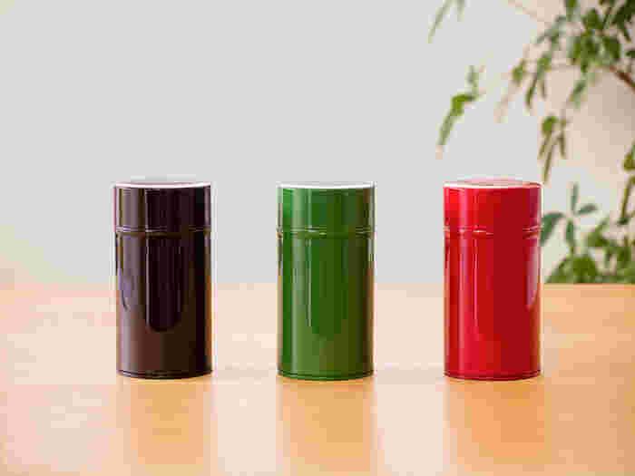 昔ながらの懐かしい型、茶筒にもなるブリキ缶です。細身でカラフル!