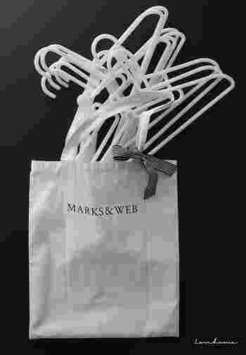シンプルな布バッグにハンガーをイン。取っ手に取り付けたリボンでキュートさをプラス。洗濯バサミは、バッグの内部に付いているポケットに収納しているそうです。