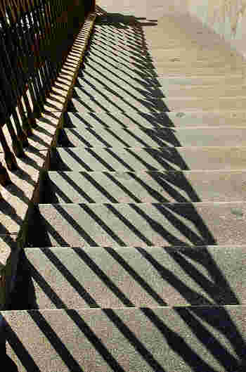 街中を歩いてみると、様々な面白い影を発見できるはずです!まずはいつも通る道を観察してみましょう*