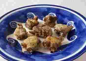おろしニンニク・オレガノ・一味唐辛子で風味を付けた天ぷらの衣を、ゆでたたこにつけて揚げます。たこが硬くなってしまうので、高温でさっと揚げるのがポイントです。
