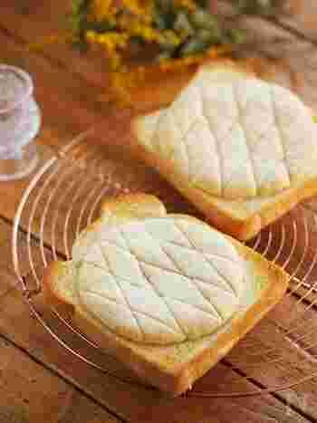 クッキー生地をのせて焼くだけ「メロンパントースト」。ホットケーキミックスを使えばメロンパンのクッキー生地も手軽にできちゃいます。冷凍して作り置きしておけば、食べたいときに食パンにのせてトーストするだけでなので楽チンですよ◎